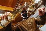 Na svatého Martina se rozjel prodej mladých vín. Ne jinak tomu je v rodinném vinařství Mikulenkovi ve Velkých Žernosekách na Litoměřicku.
