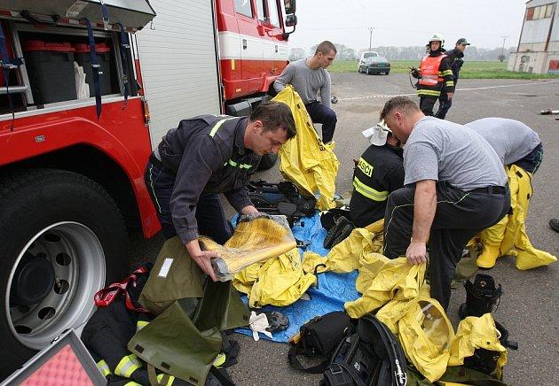 ÚNIK NEBEZPEČNÉ LÁTKY spolu snehodou dvou osobních aut museli vpondělí ráno řešit hasiči vPolepech. Při taktickém cvičení zasahovali ve speciálních protichemických oblecích připomínající skafandry.