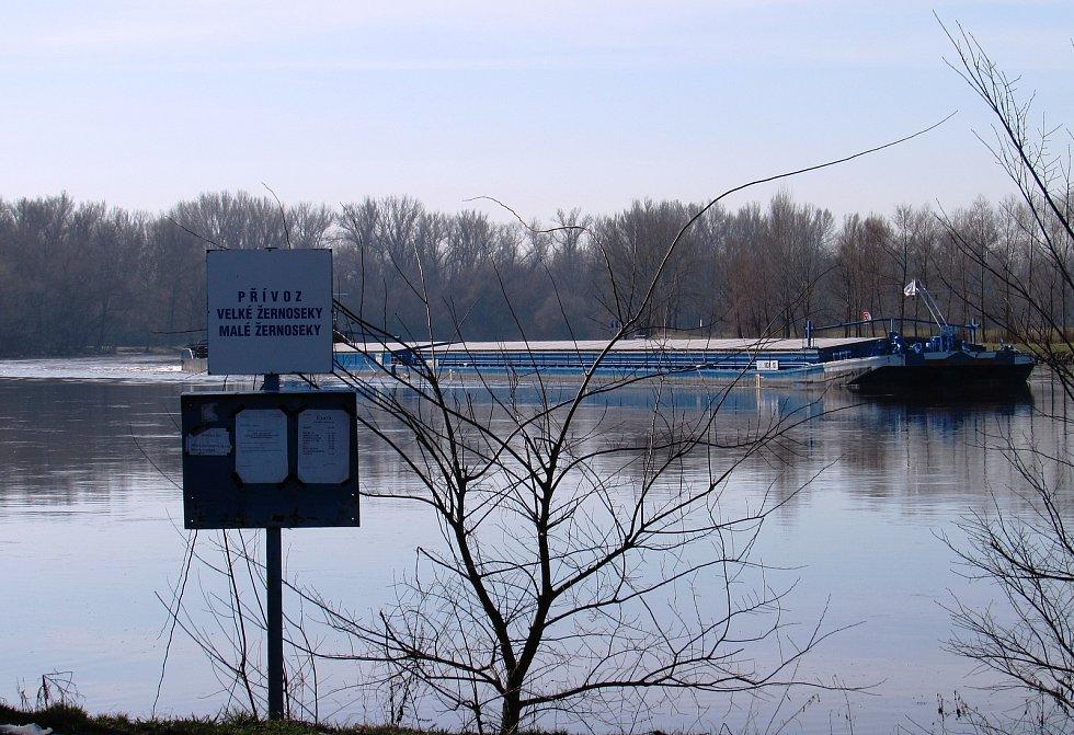 Místo přívozu mohou lidé na Labi zatím pozorovat jen větší či nákladní lodě.