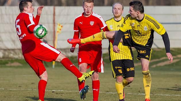 Fotbalisté Brozan (v červeném) porazili Ústí nad Orlicí 2:1 np.