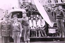 Úštěk. Snímek školáků pózujících na hasičském voze pochází z přelomu 50. a 60 let.