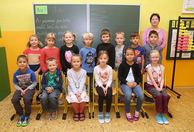 Žáci 1.Aze ZŠ A. Klára vÚštěku spaní učitelkou Ladou Horáčkovou