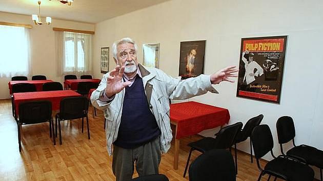 NOVÝ BAR v kulturním domě ve Vražkově bude sloužit pro občerstvení lidí v sále. Podle starosty obce Oty Sedláčka (na snímku) by mohlo být v sále postaveno také podium.