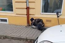 Kálení na ulici i v obchodě, lidi v Lovosicích obtěžuje muž bez domova.