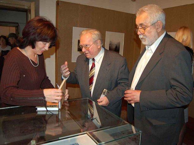 Příležitost požádat Ludvíka Kunderu o podpis v sobotu využila Alena Kuldová. Vpravo je Oldřich Doskočil.
