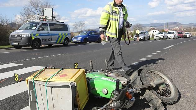 Muže na malém motocyklu srazil starší řidič osobního automobilu v úterý odpoledne v Čížkovicích.