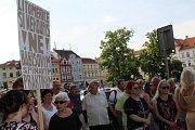Lidé v Litoměřicích protestují proti Babišovi v úterý 11. června.