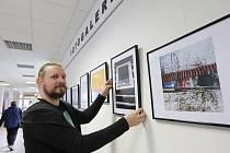 Fotogalerie v městské nemocnici, fotograf a učitel J Kacar vystavuje.