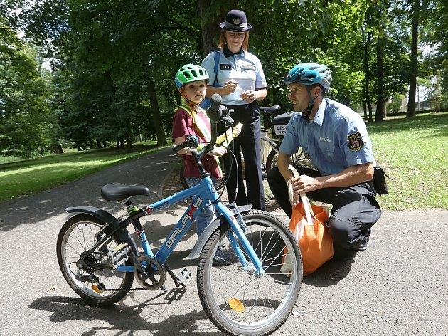 Strážníci odměňovali mladé cyklisty s ochranou hlavy