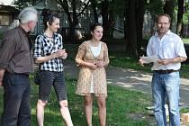 ZAHÁJENÍ. Akademický sochař Libor Pisklák (zcela vpravo) při představení kolegů – účastníků dnes zahájeného sympozia, mezi nimiž jsou i Alžběta Kumstátová z Litoměřic (vlevo) a Zuzana Kačerová z Prahy.