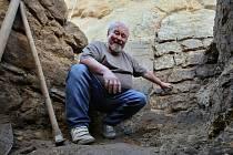 V Úštěku při obnově původního vchodu do hradu provádějí zároveň archeologové výzkum nalezených artefaktů ze čtrnáctého století.
