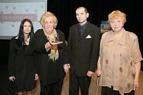 Cenu pro obyčejné lidi, kteří dělají neobyčejné věci získala ve čtvrtek večer Blanka Šeflová z Třebenic (na snímku vpravo).