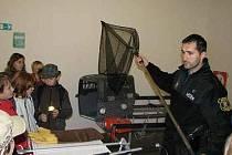 Děti si prohlédly vybavení městských strážníků, kteří s těmito nástroji provádí odchyt toulavých psů nebo jiných zvířat.