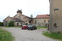 Zdevastovaný objekt bývalého pivovaru  je sice ukryt za většími domy, ale obdobně zanedbaný statek naproti je přímo na očích návštěvníků Horních Beřkovic.
