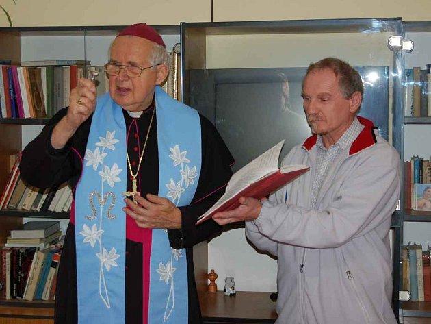 Litoměřický místostarosta Jiří Landa asistoval při zasvěcení Domu P. Marie Pomocné emeritnímu biskupovi Josefu Kouklovi.