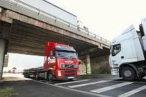 U LOVOSIC při nájezdu na dálnici D8 dojde k dalším změnám v dopravě. Most, který je součástí nájezdu, projde kvůli nové trase dálnice rozsáhlou úpravou. Bude m imo jiné zvýšen o tři a půl metru s ním se dočká změn i samotný nájezd.