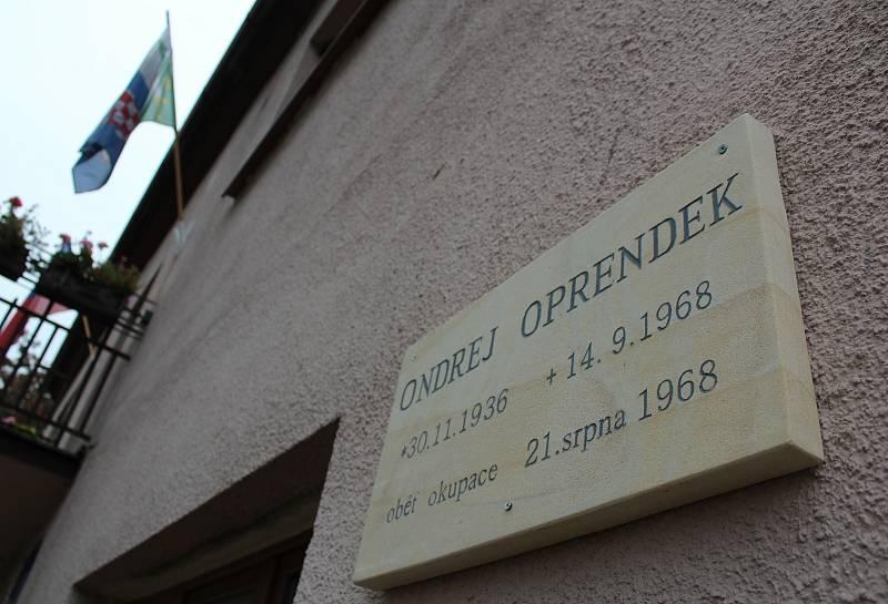 Na obecním úřadě je i pamětní deska někdejšího obyvatele Velemína Ondreje Oprendeka. Toho 12. září 1968 surově zbili a potom postřelili opilí sovětští vojáci. Oprendek po dvou dnech na následky zranění zemřel.