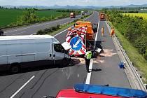 Dopravní nehoda dodávky a vozidla údržby silničářů na dálnici D8 poblíž Dušníků.