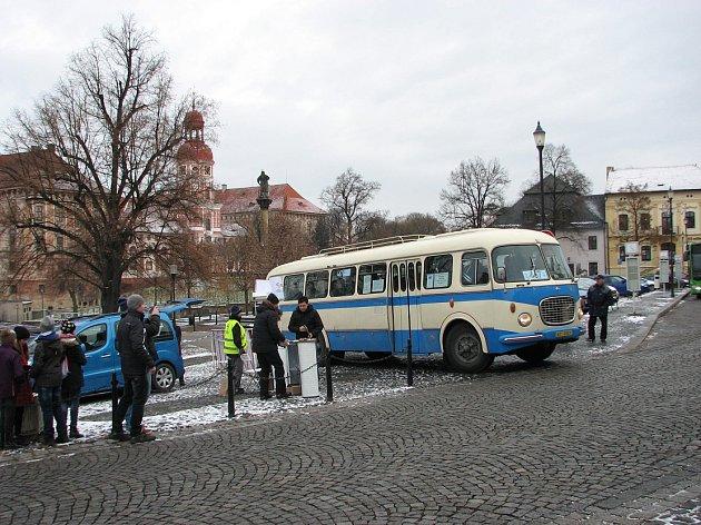 PŘI PREZENTACI nového systému dopravy se zájemci mohli svést ihistorickým autobusem.