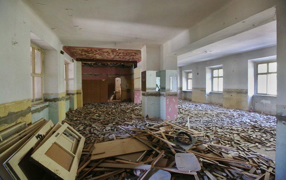 Wieserův dům v Terezíně, bývalý posádkový dům armády, se konečně začíná opravovat. Klenotem celého domu je krásně zdobený strop sálu.