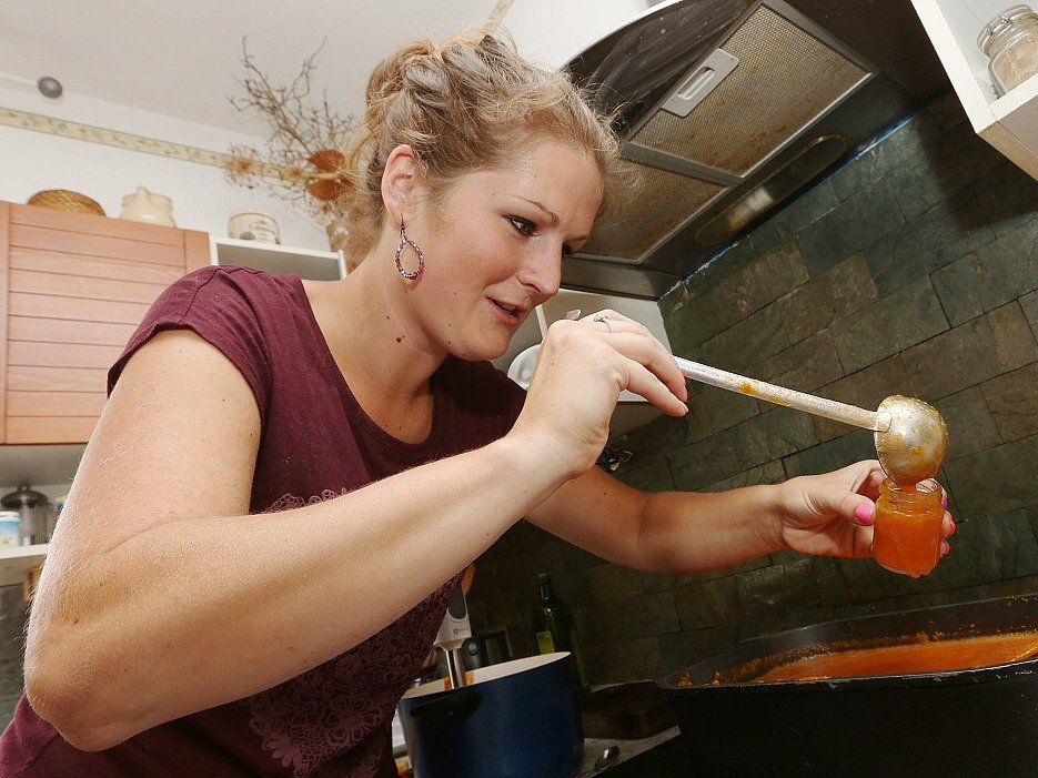 Vaření meruňkové marmelády v Třebenicích určené na letošní Expo do Milána