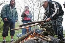 ŠPEKÁČKY NA OHNI. Společnou akci s opékáním buřtů u pokratického rybníka připravili terénní pracovníci litoměřické Naděje. Určená byla lidem bez domova nebo těm v tíživé životní situaci.