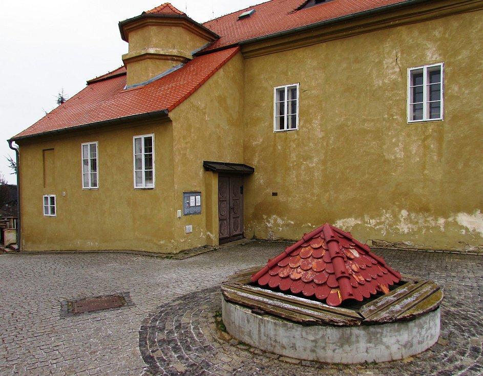 Brozany nad Ohří se mohou pochlubit řadou nemovitých kulturních památek.  Mezi dominanty patří tvrz označovaná také jako zámek, která se vyjímá na vyvýšenině nad centrem městečka.