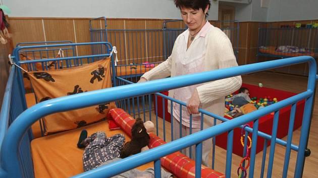 KRITIZOVANÁ LŮŽKA.  Dětská lůžka s posuvnými postranicemi (na snímku), která v Liběšicích mají,  jsou podle odborníků nezbytná pro ochranu pacientů s nejtěžšími postiženími. Mylně byla zaměněna za klecová lůžka.