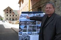 VIZE A SOUČASNOST. Starosta Hoštky Miloš Gruber ukazuje, jak by měl vypadat po dokončení jeden z objektů Lindova dvora. Ten bude sloužit jako bytový dům. Současný stav objektu a průběh stavebních prací je vidět v pozadí.