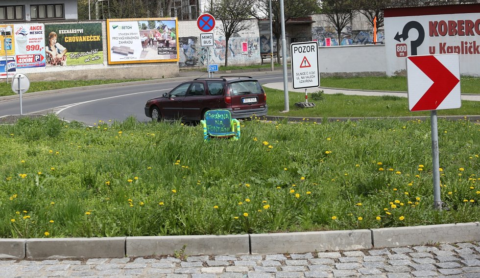Litoměřice, kuriozita, Vojtěšské náměstí, kruhový objezd, židle s nápisem připomínající, že už uprostřed kruhového objezdu měla být fontána. Obyvatelům Litoměřic už došla trpělivost a nechtělo se jim čekat ve stoje na vybudování slíbené fontány uprostřed