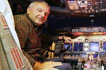 Dopravní pilot a instruktor Petr Pačes. Ve volném čase léta nejenom s malými letadly, ale osedlá i historické kousky.