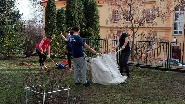 Dobrovolníci ze spřátelené firmy Boston Scientific pomáhali litoměřickému hospicu sv. Štěpána.