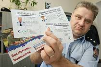 KARTIČKY. Vedoucí litoměřického obvodního oddělení Policie ČR Rudolf Friedrich ukazuje kartičky, které by během středy a čtvrtka měly dorazit do několika tisíc poštovních schránek v Litoměřicích a okolních obcích.