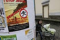 POLEPENÉ LITOMĚŘICE. V ulicích města se objevily na plakátovacích plochách velké plakáty oznamující konání demonstrace proti dovozu a spalování kalů v kraji. Ta proběhne v sobotu 12.11.2011.