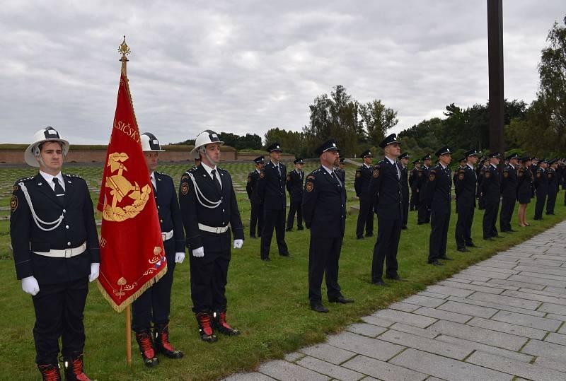 Noví členové Hasičského záchranného sboru Ústeckého kraje složili slib v areálu Památníku Terezín