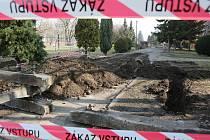 CESTA ČI STAVENIŠTĚ? Spor o pozemek u tří bytových domů v Revoluční ulici v Libochovicích se stupňuje. Jeho majitel nechal vedle pražců složit hroudy vybagrované hlíny. Kontroverzními způsoby se snaží město dotlačit k tomu, aby pozemek odkoupilo.