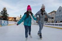 PŘEDEVŠÍM děti se v první den oficiálního provozu proháněly po kluzišti na Mírovém náměstí. Otevřeno nyní bude každý den. Od 14. prosince ho doprovodí vánoční trhy.