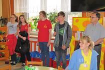 Mladí zastupitelé předali šek na tři tisíce korun do rukou zástupců dětského oddělení.