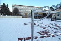 Vedle budovy Základní školy Antonína Baráka v ulici Tovární vyrostlo nové multifunkční hřiště.