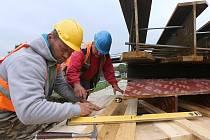 PŘÍPRAVNÉ PRÁCE pro výměnu devíti starých mostových objektů na železniční trati Lovosice – Žalhostice již začaly.