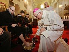 Biskup Jan Baxant umyl na znamení služby a pokory nohy dvanácti vybraným osobám