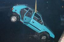 Vylovení automobilu z vody.