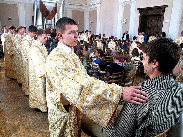 Sbor z Ivanova v kontaktu s publikem.