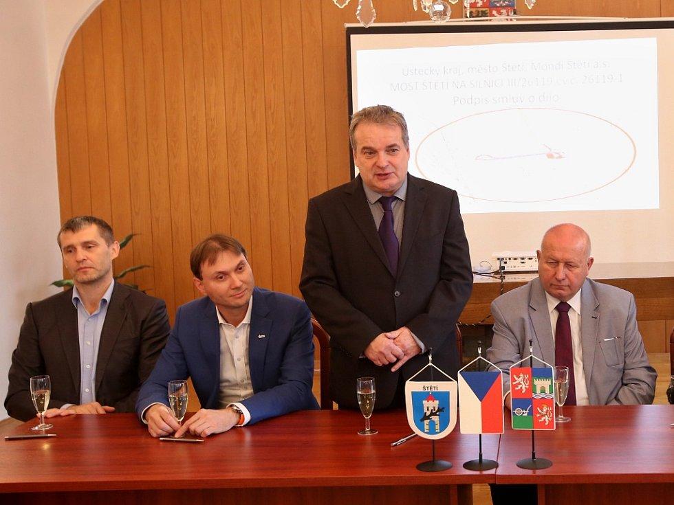Podepsání smluv o provedení rekonstrukce silničního mostu ve Štětí.