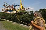 V Terezíně budou bojovat piráti. Unikátní bitva se odehraje na zatopených šancích pevnostního opevnění. V pátek stěhovali piráti svojí loď z Ohře za pomoci jeřábu a podvalníku do zatopeného opevnění.