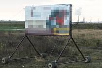 ZASAHUJE DO OCHRANNÉHO PÁSMA. Reklamní poutač, neboli billboard, stojí na nevhodném místě. Kdyby ale byl poutač na kolečkách umístěn až 50 metrů od silnice, možná by byl legální.