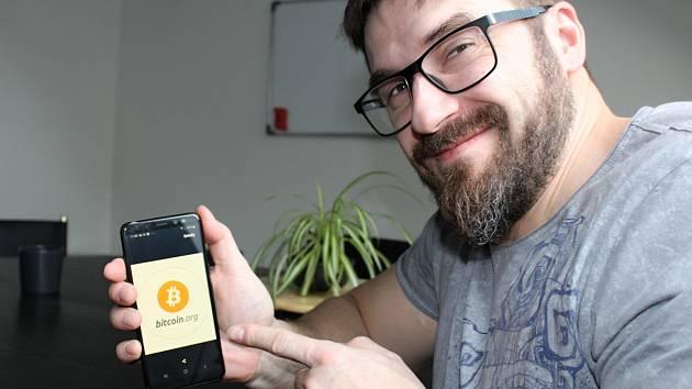 41letý IT technik se zaměřením na síťovou bezpečnost Aleš Stibal. Je rád, že se o bitcoiny zajímá vedle expertů i laická veřejnost.