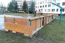 Nedovolené oplocení pozemku před panelovým domem a nebezpečné prvky v podobě dřevěného plotu na dětském hřišti v litoměřické Heydukově ulici odstranili pracovníci technických služeb