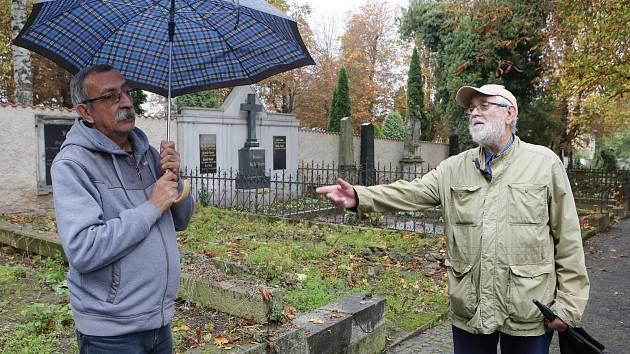 Vychází kniha o historii litoměřického městského hřbitova. Jejími autory jsou historik Oldřich Doskočil (vpravo) a správce hřbitova Pavel Lolo (vlevo).