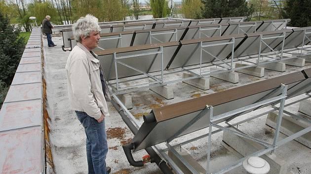 35 solárních kolektorů, instalovaných na střeše provozní budovy, které budou napájet teplou vodou chrliče a hřib na brouzdališti.